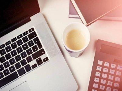 kawa-pomiedzy-laptopem-i-kalkulatorem