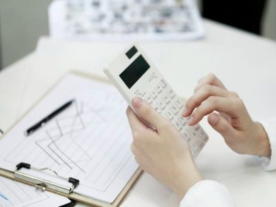osoba-uzywajaca-kalkulatora